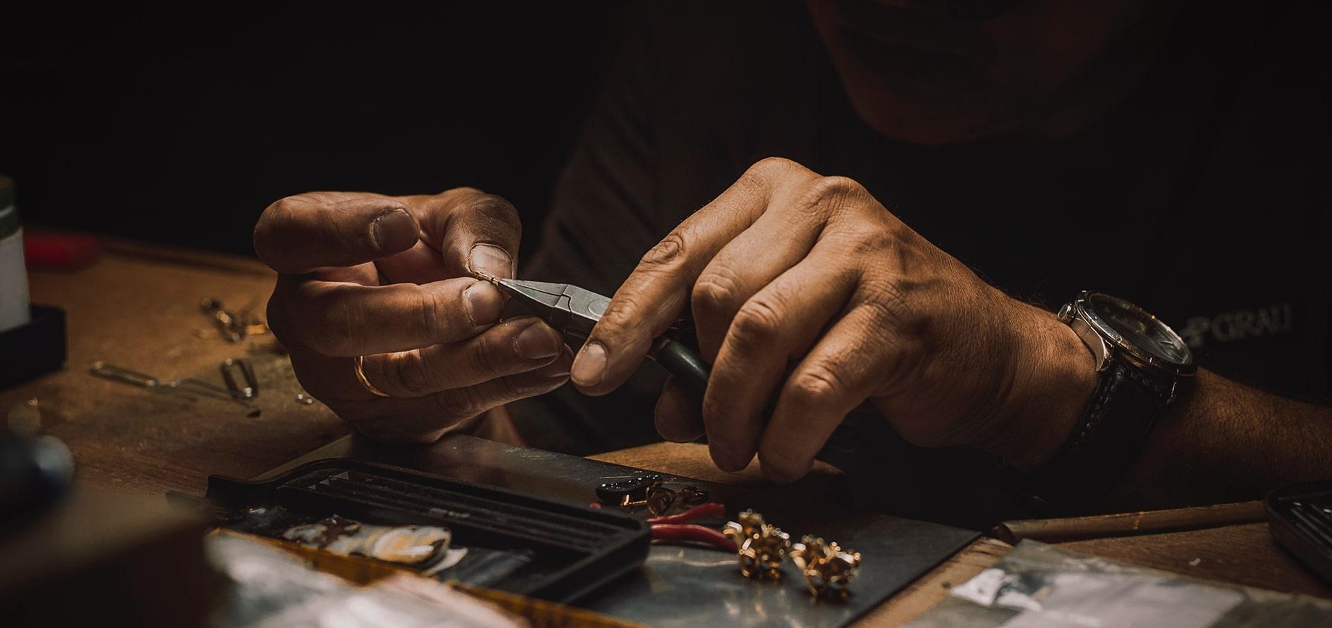 En nuestro estudio de diseño sabemos que las joyas hablan de ti